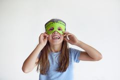 La ragazza gioca in una maschera fatta da sé di Frankinstein Fotografie Stock Libere da Diritti