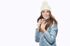 La ragazza, giovane bello sorridere e dà una strizzatina d'occhio sopra il backgro bianco fotografie stock