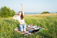 La ragazza gode dei libri d'ascolto di lettura e di musica Fotografie Stock
