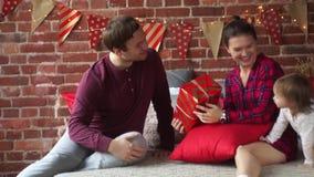 La ragazza gode dei suoi regali di Natale stock footage
