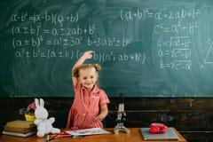 La ragazza gode del giorno di scuola accademico in aula Abbia un giorno di scuola piacevole immagini stock libere da diritti