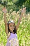 La ragazza gode dell'aria aperta Fotografia Stock