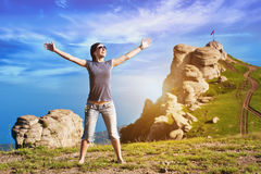 La ragazza gode dell'aumento alla parte superiore della montagna Immagine Stock