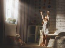 La ragazza gode della mattina soleggiata Fotografie Stock Libere da Diritti