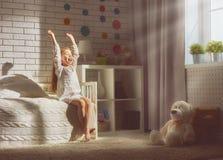 La ragazza gode della mattina soleggiata Immagine Stock