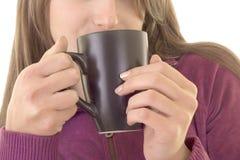 La ragazza gode della tazza di caffè Fotografie Stock Libere da Diritti