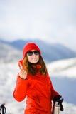 La ragazza gode di un rossetto igienico nelle montagne Fotografie Stock Libere da Diritti