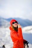 La ragazza gode di un rossetto igienico nelle montagne Immagini Stock Libere da Diritti