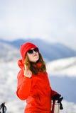 La ragazza gode di un rossetto igienico nelle montagne Fotografie Stock
