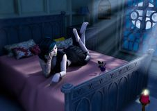 La ragazza gotica della bambola risiede nel letto con una luna blu che shinning immagine stock libera da diritti