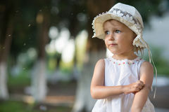 La ragazza graffia la sua mano da un morso di zanzara fotografia stock