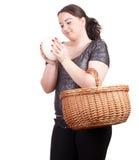 La ragazza grassa con gli struzzi egg e cestino di vimini fotografie stock