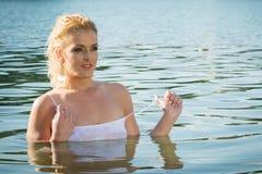 La ragazza graziosa in acqua esamina la distanza Immagine Stock Libera da Diritti