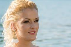 La ragazza graziosa in acqua esamina la distanza Fotografia Stock
