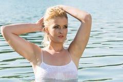 La ragazza graziosa in acqua esamina la distanza Fotografie Stock Libere da Diritti