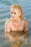 La ragazza graziosa in acqua esamina la distanza Fotografie Stock
