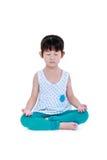 La ragazza graziosa asiatica sta facendo gli esercizi di yoga Isolato sul BAC bianco Immagini Stock