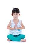La ragazza graziosa asiatica sta facendo gli esercizi di yoga Isolato sul BAC bianco Fotografia Stock