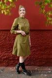 La ragazza graziosa in cappuccio di guarnigione, gli alti stivali e la guerra sovietica uniformano la a Fotografie Stock Libere da Diritti