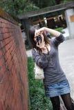 La ragazza graziosa cattura le foto Fotografia Stock