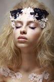 La ragazza graziosa con fantastico compone fotografie stock libere da diritti