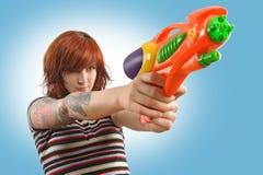 La ragazza graziosa con squirt la pistola Fotografie Stock Libere da Diritti