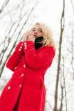 La ragazza graziosa congelata si scalda la respirazione fotografie stock