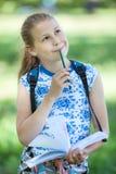 La ragazza graziosa fa gli schizzi dei paesaggi in natura con la matita di colore fotografia stock
