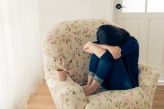 La ragazza graziosa ha sofferto le cattive cose che ritengono la tristezza Fotografie Stock