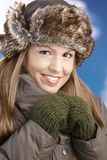La ragazza graziosa ha vestito in su sorridere caldo dopo lo sci Fotografia Stock