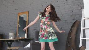La ragazza graziosa si diverte e balla a casa la ragazza attraente passa il tempo da solo Movimento lento stock footage