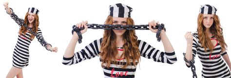 La ragazza graziosa in uniforme del prigioniero isolata su bianco Immagini Stock