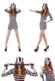 La ragazza graziosa in uniforme del prigioniero isolata su bianco Fotografie Stock