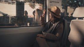 La ragazza graziosa viaggia in treno video d archivio