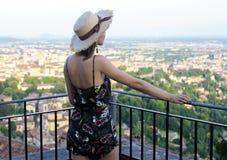 La ragazza guarda il panorama di vecchia città europea immagine stock