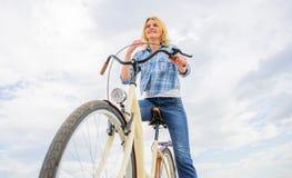 La ragazza guida il fondo del cielo della bicicletta Come ciclare cambia la vostra vita e rendavi felice Ragioni di guidare bicic immagine stock