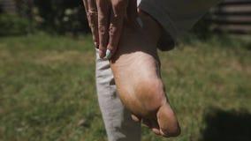 La ragazza ha camminato sul prato inglese a piedi nudi ha sporcato e ferito il tallone Fine in su video d archivio