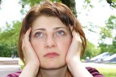 La ragazza ha catturato le sue mani dietro la sua testa Fotografie Stock Libere da Diritti