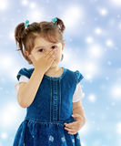 La ragazza ha coperto il suo fronte dalle allergie Fotografia Stock