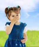 La ragazza ha coperto il suo fronte dalle allergie Fotografie Stock