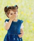 La ragazza ha coperto il suo fronte dalle allergie Fotografia Stock Libera da Diritti
