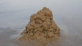 la ragazza ha costruito un castello della sabbia sulla spiaggia video d archivio