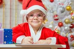 La ragazza ha esaminato la carta di regalo del disegno della struttura come regalo per il Natale Fotografie Stock Libere da Diritti