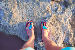 La ragazza ha fotografato i loro piedi sulla riva delle saline di Las del lago Torrevieja, Spagna Fotografia Stock Libera da Diritti