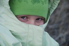 La ragazza ha impacchettato contro il freddo fotografia stock libera da diritti