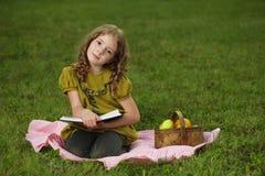 La ragazza ha letto il libro Fotografie Stock Libere da Diritti