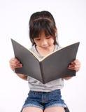 La ragazza ha letto il libro Fotografie Stock