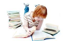 La ragazza ha letto il libro su bianco Immagine Stock