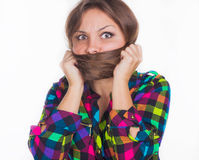 La ragazza ha nascosto il suo fronte nei capelli Fotografia Stock