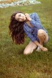 La ragazza ha piegato la sua testa ed i suoi capelli Fotografie Stock